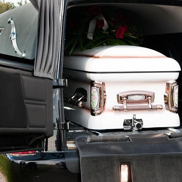 Trumna załadowana dosamochodu pogrzebowego